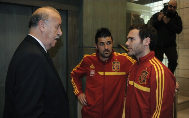 Spain's national soccer coach Bosque talks with players Mata and Villa before a news conference in Gijon