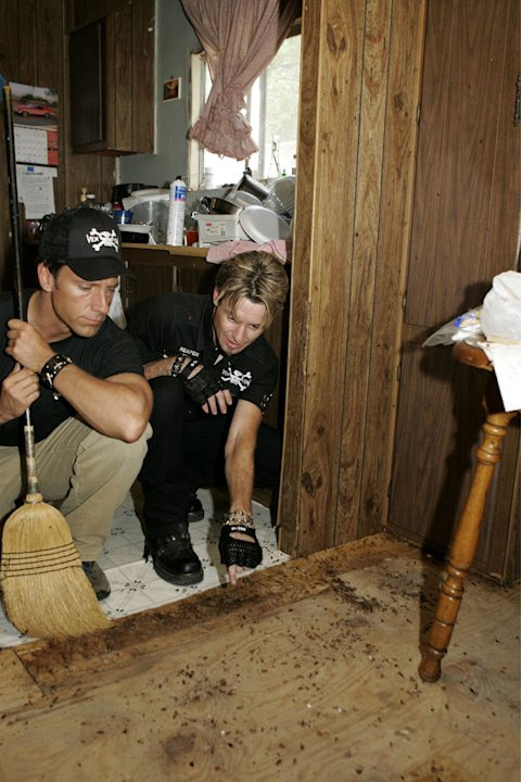 Dirty Jobs host Mike Rowe  gets exterminating experience as he works alongside Vexcon Exterminators for a day.