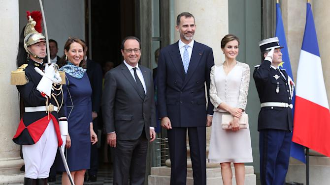 French President Francois Hollande, center, poses with King Felipe VI, third from right, and Queen Letizia of Spain, second from right, and French ecology minister Segolene Royal, second from left, prior to their meeting at the Elysee Palace in Paris, France, Tuesday June 2, 2015. King Felipe VI is on a two-day state visit in France. (AP Photo/Remy de la Mauviniere)