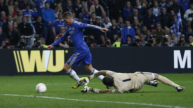 Chelsea's Fernando Torres, from Spain, left, scores past Benfica's goalkeeper Artur Moraes, from Brazil, during the Europa League final soccer match between Benfica and Chelsea at ArenA stadium in Amsterdam, Netherlands, Wednesday May 15, 2013. (AP Photo/Matt Dunham)