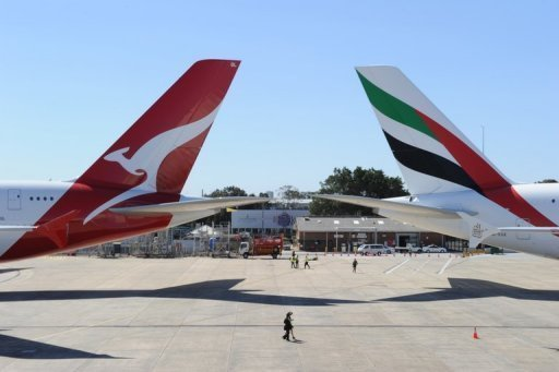 Qantas (L) and Emirates aircraft are pictured on the tarmac of Sydney Airport, on September 6, 2012. Australia&#39;s competition watchdog on Thursday gave its preliminary approval to a global alliance between Qantas and Emirates, but only for five years initially