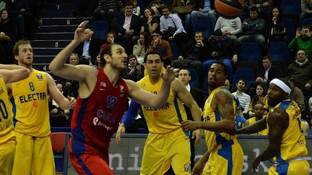 CSKA Moscow's Nenad Krstic (C) throws up a shot against Maccabi Tel Aviv during their Euroleague match in Moscow (AFP)