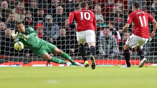 Manchester United's Ryan Giggs (right) scores his teams first goal of the game from the penalty spot