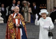 Queen Elizabeth waves next to Dean of Saint Paul&#39;s David Ison after a thanksgiving service to mark her Diamond Jubilee in London