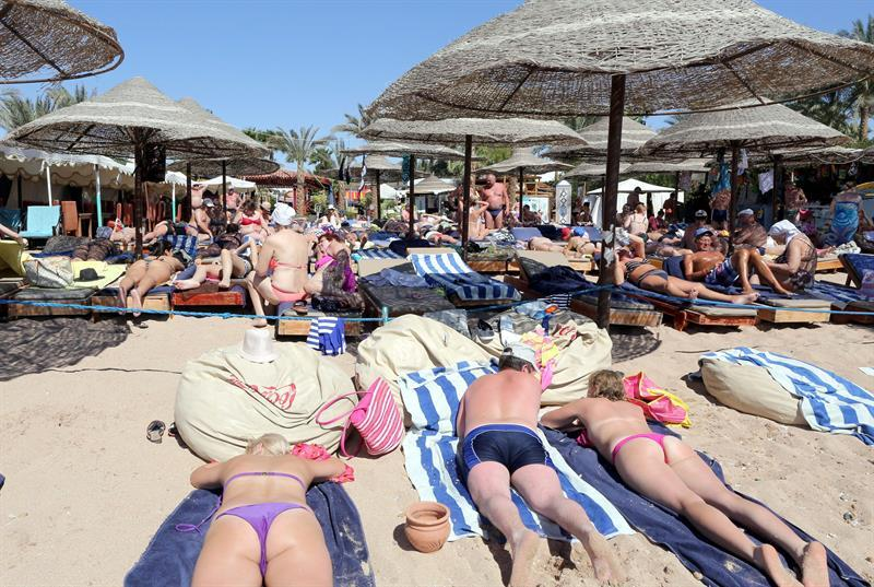 KEF05. Sharm Elsheikh (Egypt), 15/03/2015.- Tourists take a sunbath at the beach of the Red Sea resort of Sharm El-Sheikh, Egypt, 15 March 2015. The country's tourism industry was badly hit after the 25 January 2011 uprising that saw the departure of former President Hosni Mubarak. (Egipto) EFE/EPA/KHALED ELFIQI