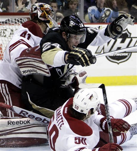 Penguins hold off Coyotes 2-1 for 6th straight win