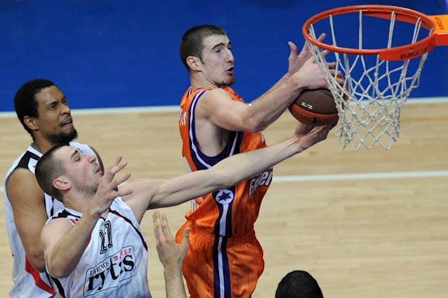 Valencia's Nando De Colo (R) Vies AFP/Getty Images