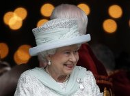 Britain&#39;s Queen Elizabeth smiles as she leaves St Paul&#39;s Cathedral following a thanksgiving service to mark her Diamond Jubilee in central London