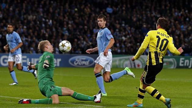 Borussia Dortmund&#39;s Mario Gotze (R) fails to score against Manchester City&#39;s goalkeeper Joe Hart