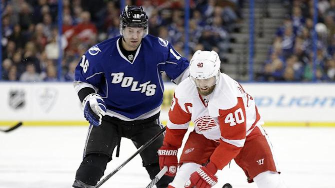 Palat has 2 goals, Lightning beat Red Wings 4-2