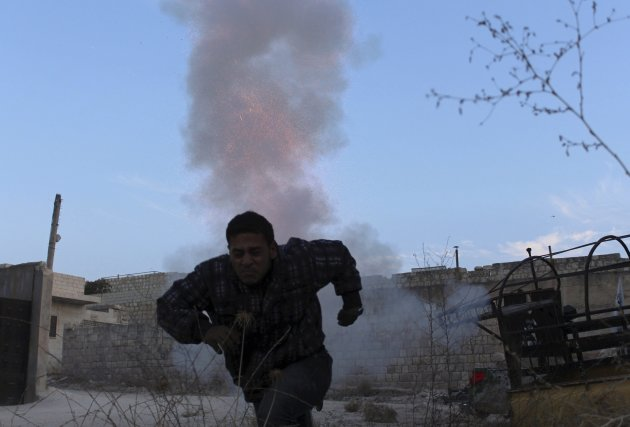 A Free Syrian Army fighter runs to take cover after firing a homemade mortar from Maaret al-Naaman town towards the Wadi al-Deif military base where forces loyal to Syria's President Bashar al-Assad are located, in Idlib November 5, 2013. Picture taken November 5, 2013. REUTERS/Houssam Abo Dabak (SYRIA - Tags: POLITICS CIVIL UNREST CONFLICT MILITARY TPX IMAGES OF THE DAY)