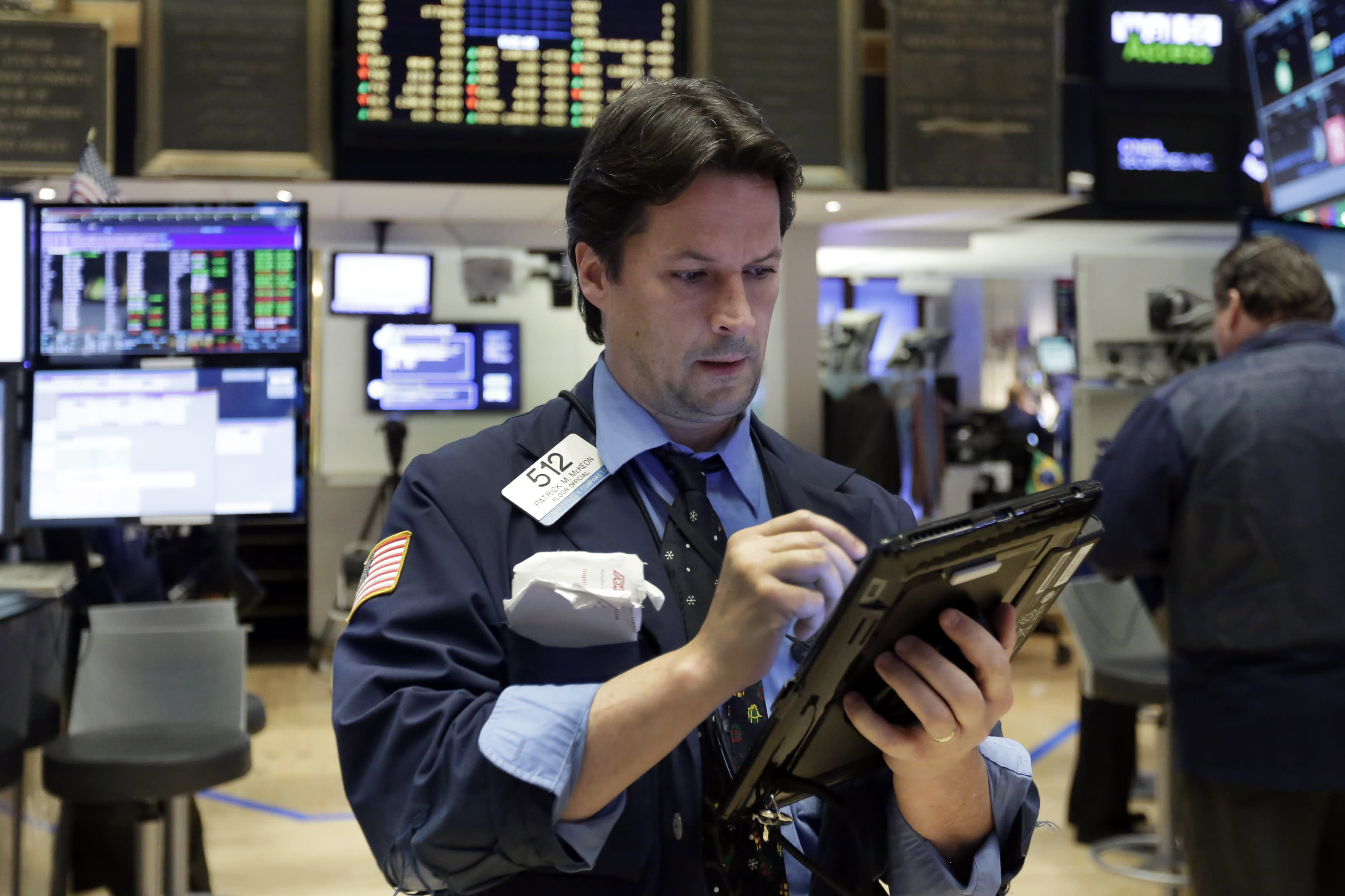 US stocks move higher, led by banks and industrials