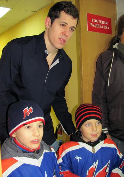 Evgeni Malkin gets his photo taken with two young fans