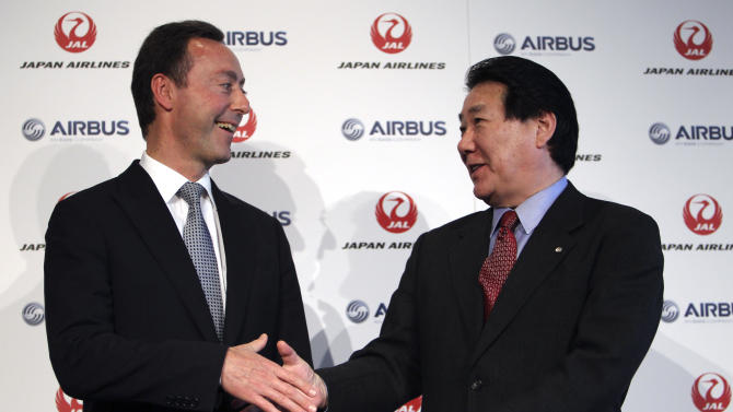 Airbus Japan Chief Executive Fabrice Bregier, left, and Japan Airlines President Yoshiharu Ueki shake hands following their press conference in Tokyo, Monday, Oct. 7, 2013. Japan Airlines is buying its first ever jets from Airbus in a deal with a catalog value of 950 billion yen ($9.5 billion) with a purchase of 31 A350 planes. (AP Photo/Junji Kurokawa)