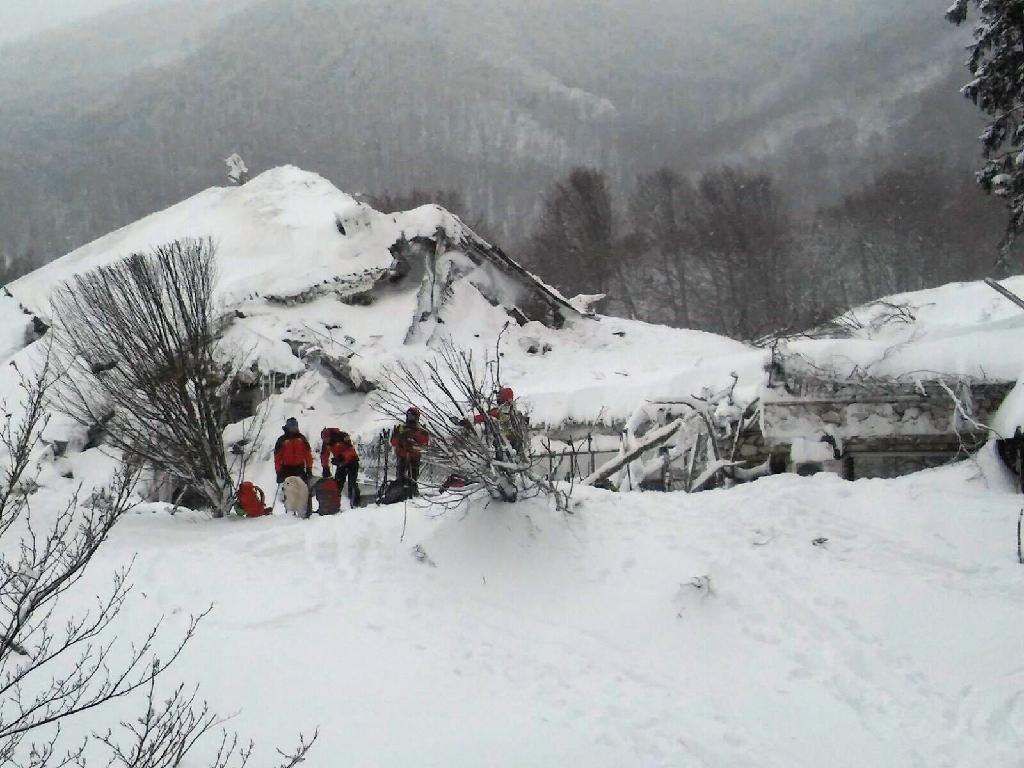 25 feared dead as avalanche turns Italian hotel into 'coffin'