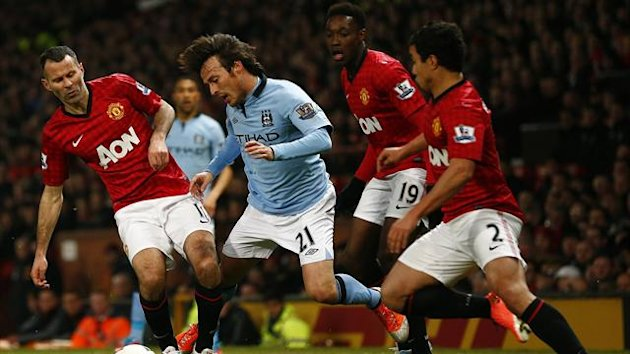 Manchester City's David Silva (2nd L) is challenged by Manchester United's Ryan Giggs (L), Danny Welbeck (2nd R) and Rafael da Silva during their English Premier League soccer match in Manchester, northern England April 8, 2013 (Reuters)