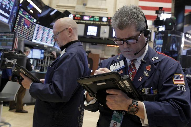 Wall St in selloff mode as techs extend rout, oil falls