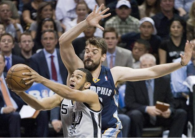 ASL109. San Antonio (United States), 18/05/2013.- Memphis Grizzlies player Marc Gasol (R) against San Antonio Spurs player Cory Joseph (L) in the first half of their NBA basketball playoff Western Con