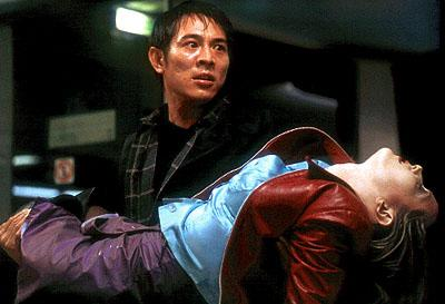 Liu Jiuan ( Jet Li ) carries Jessica ( Bridget Fonda ) to safety in 20th Century Fox's Kiss of the Dragon