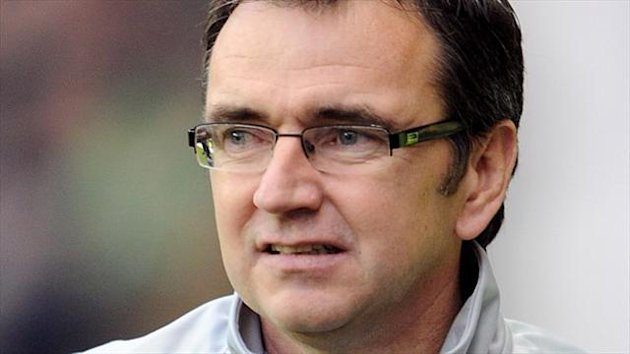 Hibernian manager Pat Fenlon has hit back at Dundee manager John Brown's recent remarks about his side