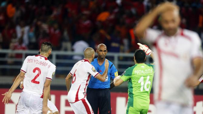 Tunisia's  Hamza Mathlouthi and team mates react after referee Rajindraparsad Seechurn awarded penalty at the last minute to Equitorial Guinea during their quarter-final soccer match of the 2015 African Cup of Nations in Bata
