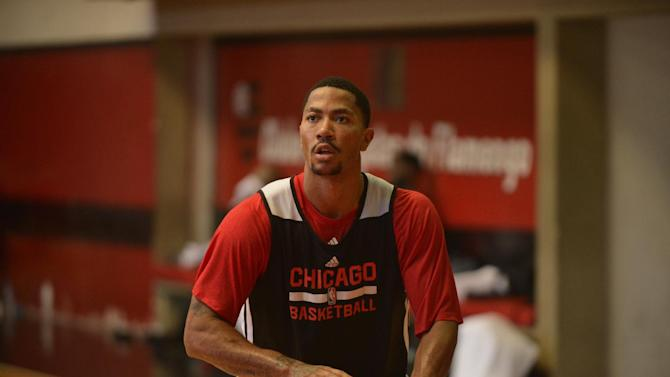 Bulls' Derrick Rose sits out with 'knee soreness'