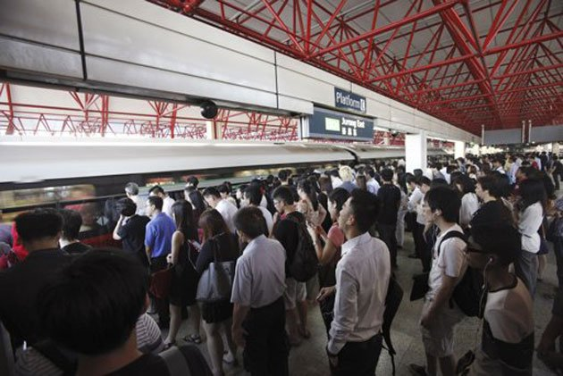 Commuters take the train during morning peak hour in Singapore January 29, 2013. (Reuters photo)