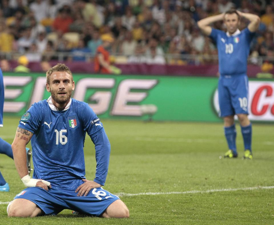 Italy's Daniele De Rossi, left,  reacts after missing a scoring chance  during the Euro 2012 soccer championship quarterfinal match between England and Italy in Kiev, Ukraine, Sunday, June 24, 2012. (AP Photo/Ivan Sekretarev)