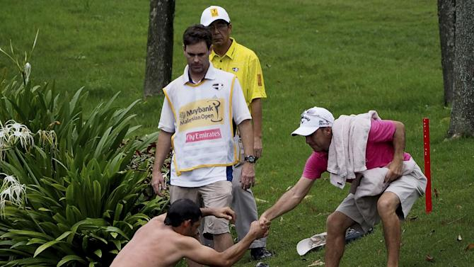 Larrazabal jumps into water to escape hornets