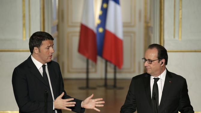 French President Hollande and Italian Prime Minister Renzi attend a news conference at the Elysee Palace in Paris