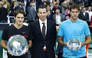 Switzerland&#39;s Roger Federer (L) holds the trophy after winning the ABN AMRO Tennis Tournament against Argentina&#39;s Martin del Potro (R) in Rotterdam. Federer won the final 6-1, 6-4 against Juan Martin de Potro of Argentina