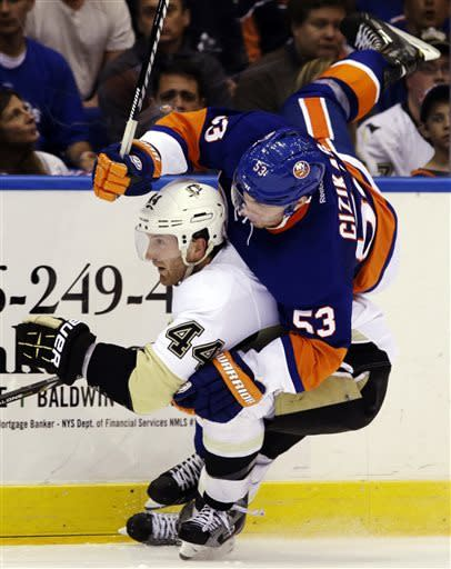 Streit's 2 goals lift Isles into 2-2 series tie