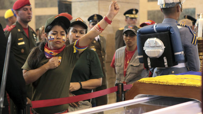 Throngs of Venezuelans file past Chavez's coffin