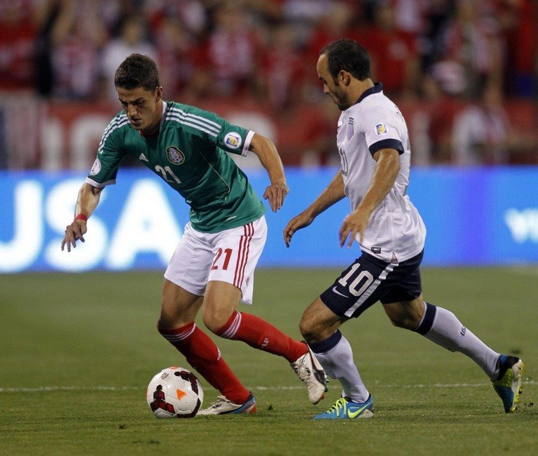 Hiram Mier (L) of Mexico tries to get past Landon Donovan of USA in Columbus, Ohio, September 10, 2013