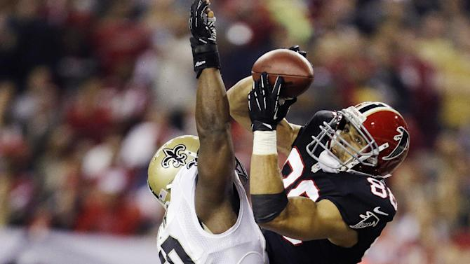 Atlanta Falcons tight end Tony Gonzalez (88) makes a catch for a touchdown as New Orleans Saints Saints middle linebacker Curtis Lofton (50) defends during the first half of an NFL football game, Thursday, Nov. 29, 2012, in Atlanta. (AP Photo/David Goldman)
