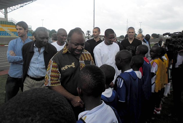 FC Barcelona Player Samuel Eto'o (C) And Gabonese President Ali Bongo Ondimba (L) Shake Hands With Youths On May 28, AFP/Getty Images