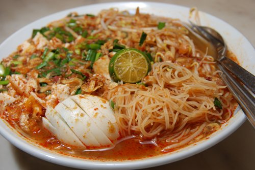 Mee Siam made from thin rice noodles in a sour spicy gravy.