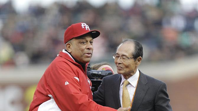 Former baseball players Orlando Cepeda, left, hugs Sadaharu Oh before Oh threw the ceremonial first pitch before a semifinal game of the World Baseball Classic between Japan and Puerto Rico in San Francisco, Sunday, March 17, 2013. (AP Photo/Ben Margot)