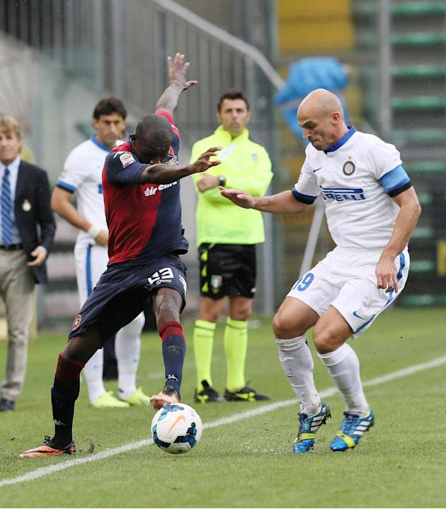 Cagliari's Victor Ibarbo, left, of Colombia, and Inter Milan's Esteban Cambiasso, of Argentina, challenge for the ball during the Serie A soccer match between Cagliari and Inter, at the Nereo Rocco St