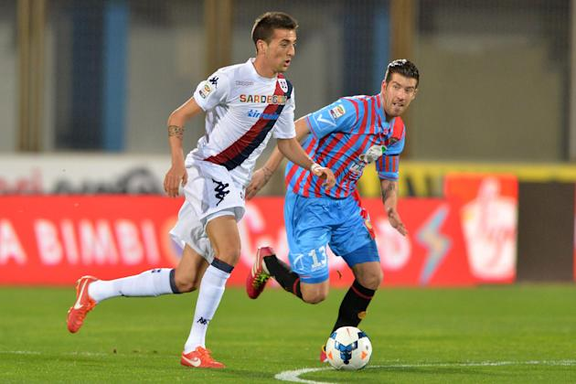 Cagliari midfielder Matias Vecino, of Uruguay, vies for the ball with Catania midfielder Mariano Izco, of Argentina, go for the ball during the Serie A soccer match between Catania and Cagliari at the