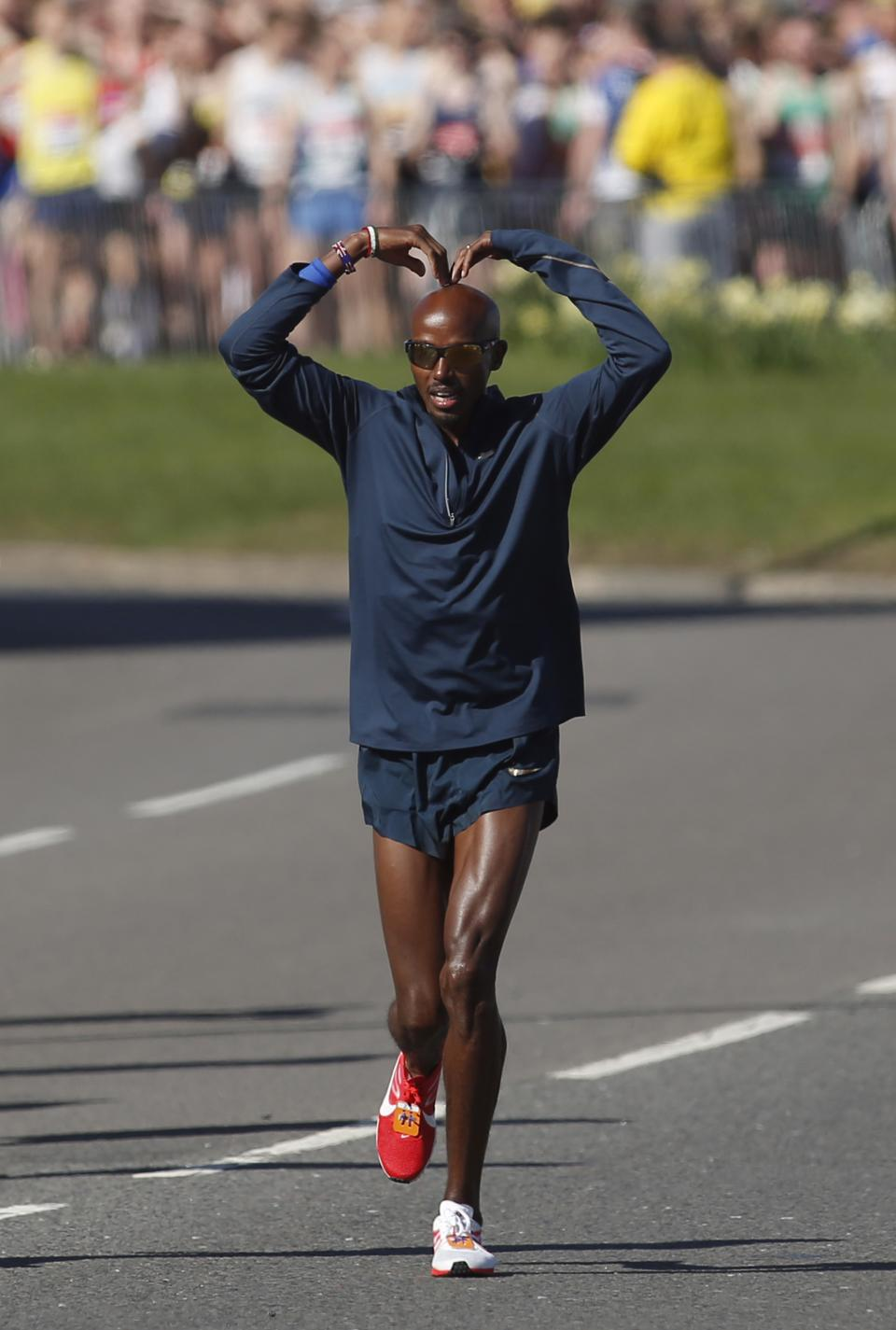 Britain's Mo Farah gestures as he prepares to start the elite men race during the London Marathon, London, Sunday, April 21, 2013. (AP Photo/Sang Tan)