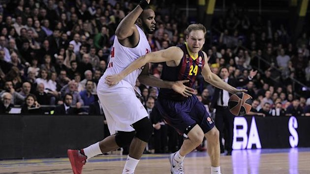 Emporio Armani's Milan Samardo Samuels (L) vies with Barcelona's US guard Brad Oleson (R) in a Euroleague Top 16 match (AFP)
