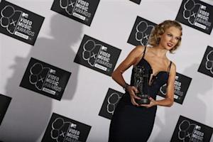 "Taylor Swift holds her award for best female video for ""I Knew You Were Trouble"" during the 2013 MTV Video Music Awards in New York"