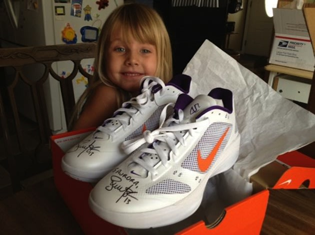 4-year-old Aurora smiles with Steve Nash's autographed shoes — Twitter