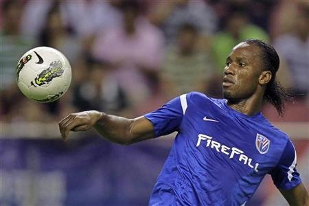 Shanghai Shenhua&#39;s striker Didier Drogba controls the ball during the Chinese Super League match against Hangzhou green town at the Shanghai Hongkou Stadium in Shanghai August 4, 2012. REUTERS/Aly Song