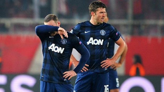 Wayne Rooney and Michael Carrick of Manchester United react as they restart the game (Getty Images)