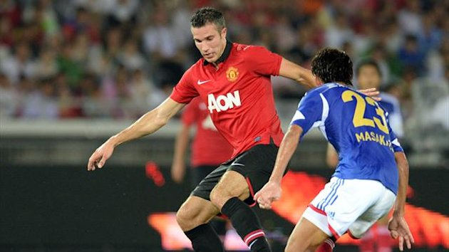 Manchester United forward Robin van Persie (L) fights for the ball with Yokohama Marinos defender Masakazu Tashiro (R) during their friendly football match in Yokohama, Kanagawa prefecture on July 23, 2013 (AFP)