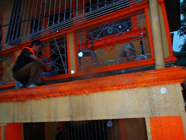 PAWS-volunteer-Vince-Harn-climbs-to-a-house-terrace-to-give-aid-to-a-stranded-dog-jpg_085534 - About THE PHILIPPINE ANIMAL WELFARE SOCIETY - Directory Philippines