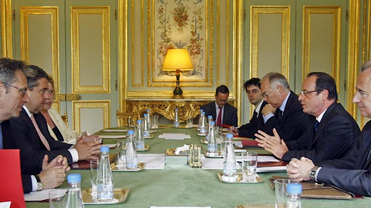 French President Francois Hollande, right, speaks to SPD of Germany chairman Sigmar Gabriel, second left, during their meeting at the Elysee Palace in Paris, Wednesday June 26, 2013. (AP Photo/Remy de la Mauviniere/Pool)