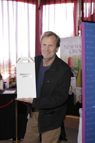 Jeff Daniels shows off his Newman&#39;s Own wine gift at the GBK Gift Lounge during Golden Globes weekend 2013.